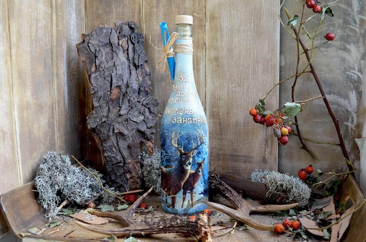 синя бутилка с елени