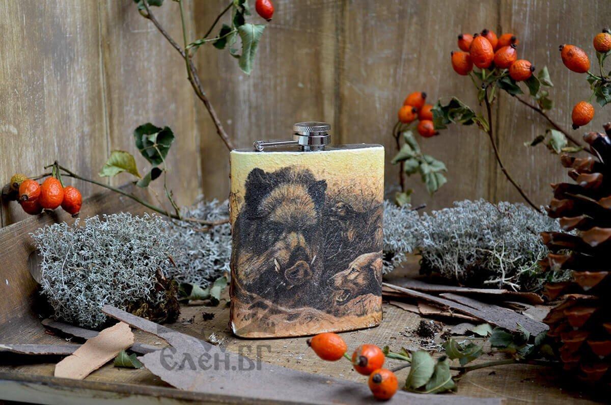 Джобна бутилка с диво прасе и ловни кучета
