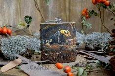 метална джобна бутилка с диво прасе и ловни кучета