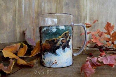 халба за бира с диви прасета в зимна гора